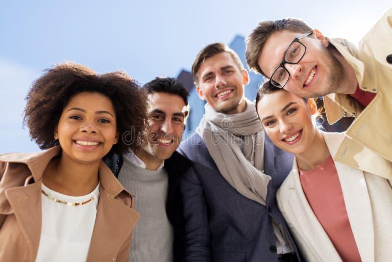 Grupp av lyckligt folk eller vänner på stadsgatan royaltyfri fotografi