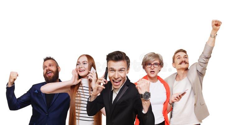 Grupp av lyckligt folk, nyheterna, försäljning, framgångbegrepp royaltyfri bild