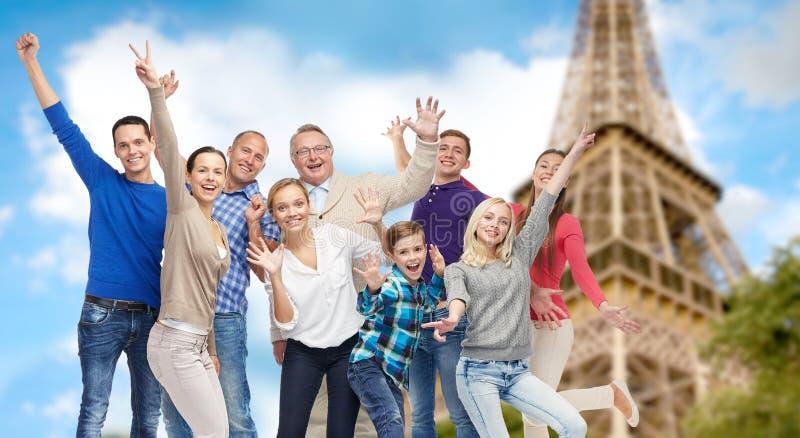 Grupp av lyckligt folk som har gyckel över Eiffeltorn royaltyfria bilder