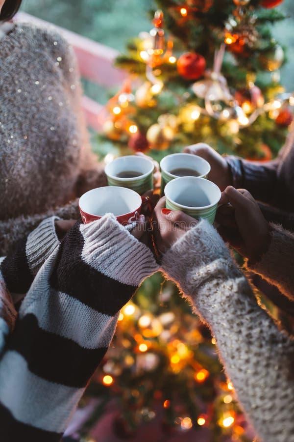 Grupp av lyckligt folk som tycker om i coffe eller te royaltyfri fotografi