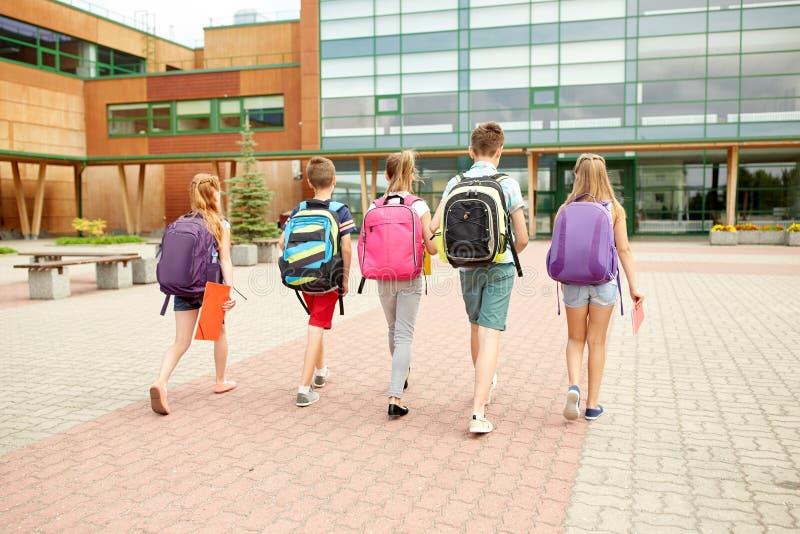 Grupp av lyckligt gå för grundskolastudenter arkivfoto