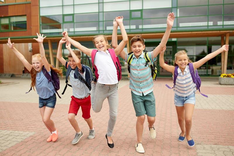 Grupp av lyckligt köra för grundskolastudenter arkivfoton