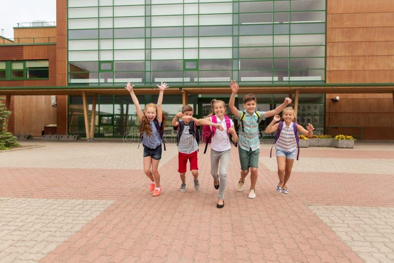 Grupp av lyckligt köra för grundskolastudenter arkivbild