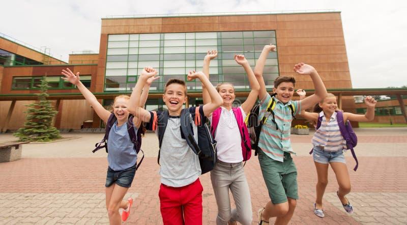 Grupp av lyckligt köra för grundskolastudenter arkivbilder