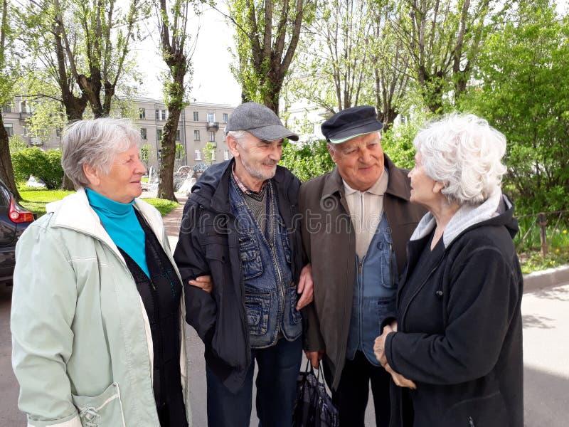 Grupp av lyckligt koppla av för äldre folk arkivbilder