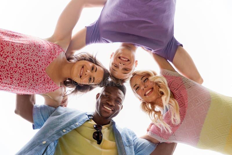 Grupp av lyckligt krama för vänner fotografering för bildbyråer
