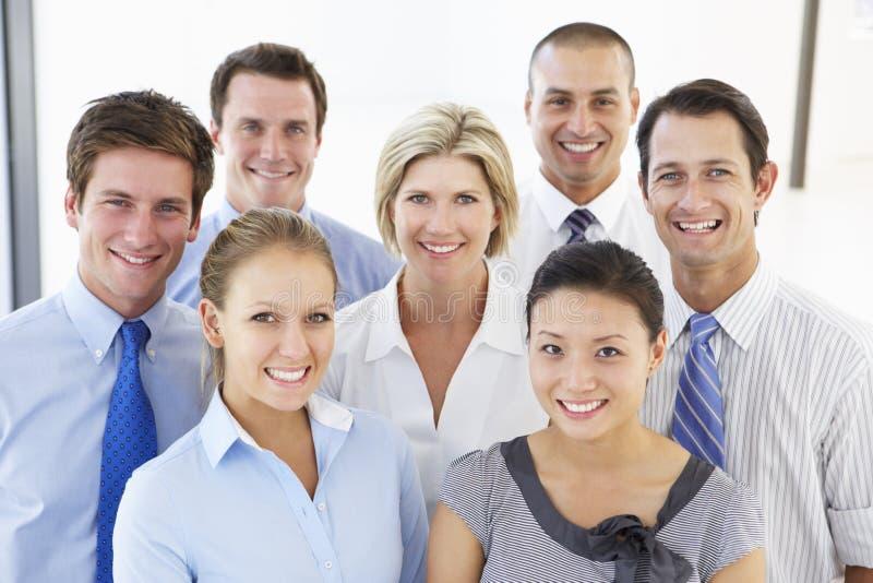 Grupp av lyckligt och positivt affärsfolk fotografering för bildbyråer
