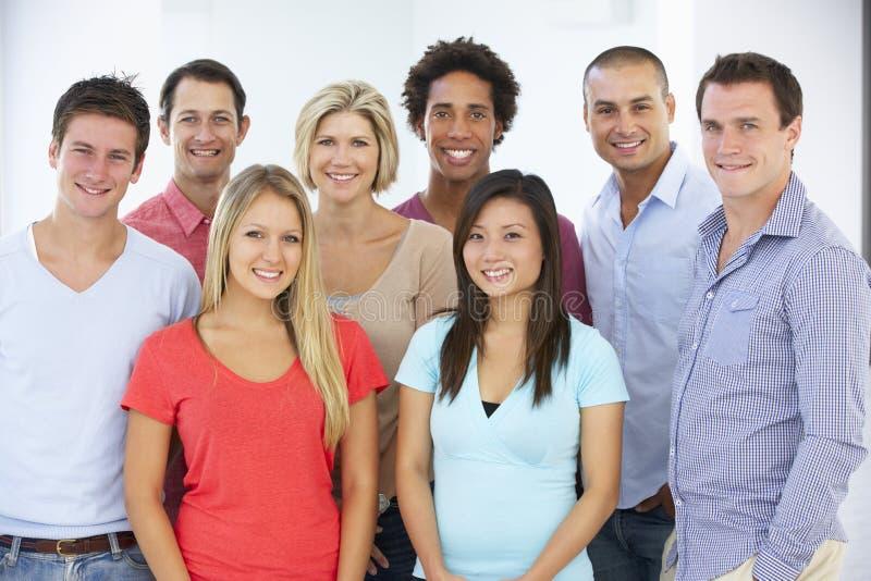 Grupp av lyckligt och positivt affärsfolk i tillfällig klänning royaltyfria bilder
