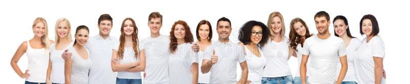 Grupp av lyckligt olikt folk i vita t-skjortor royaltyfria foton