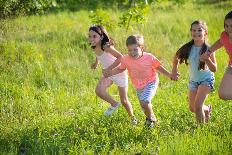 Grupp av lyckligt spela för barn fotografering för bildbyråer