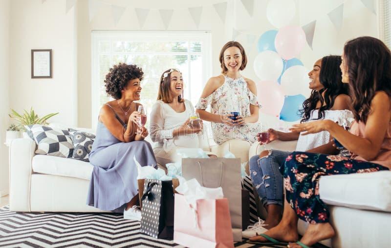 Grupp av mång- etniska kvinnor på baby shower royaltyfri foto