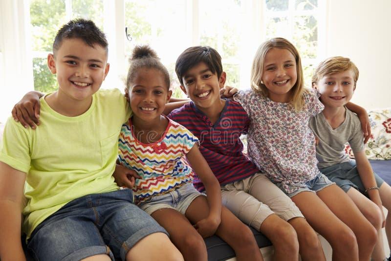 Grupp av Mång--kulturella barn på fönstret Seat tillsammans royaltyfri foto