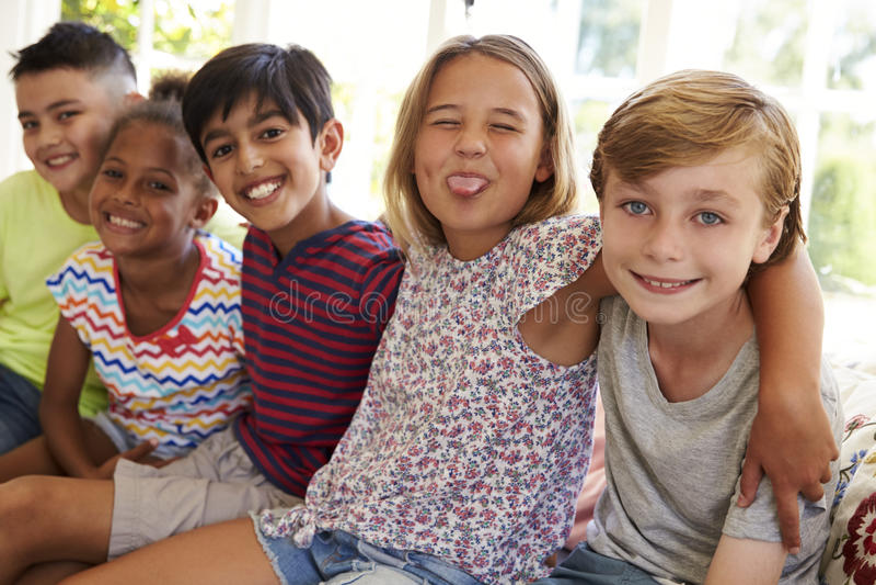Grupp av Mång--kulturella barn på fönstret Seat tillsammans royaltyfri fotografi