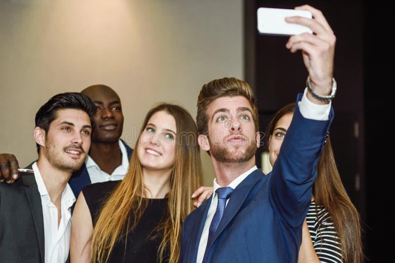 Grupp av mång--person som tillhör en etnisk minoritet businesspeople som tar en bild arkivfoto