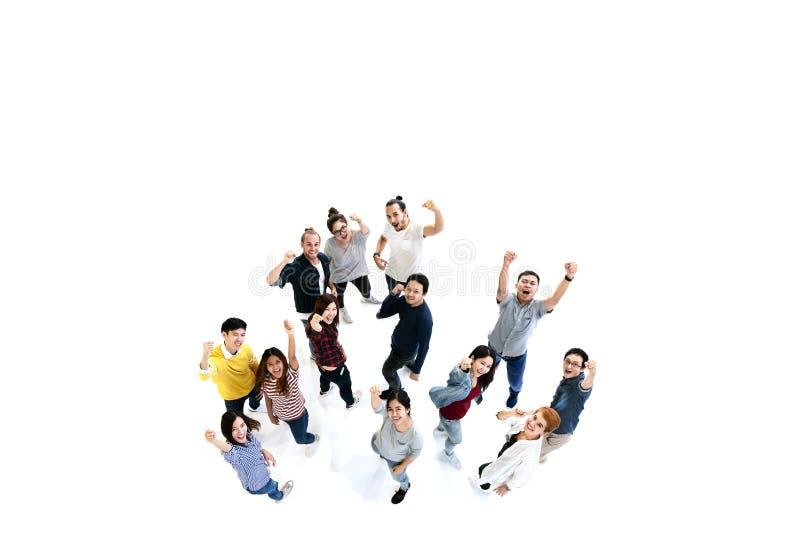Grupp av mångfaldfolklaget som ser kameran med isolerad vit golvbakgrund arkivfoton
