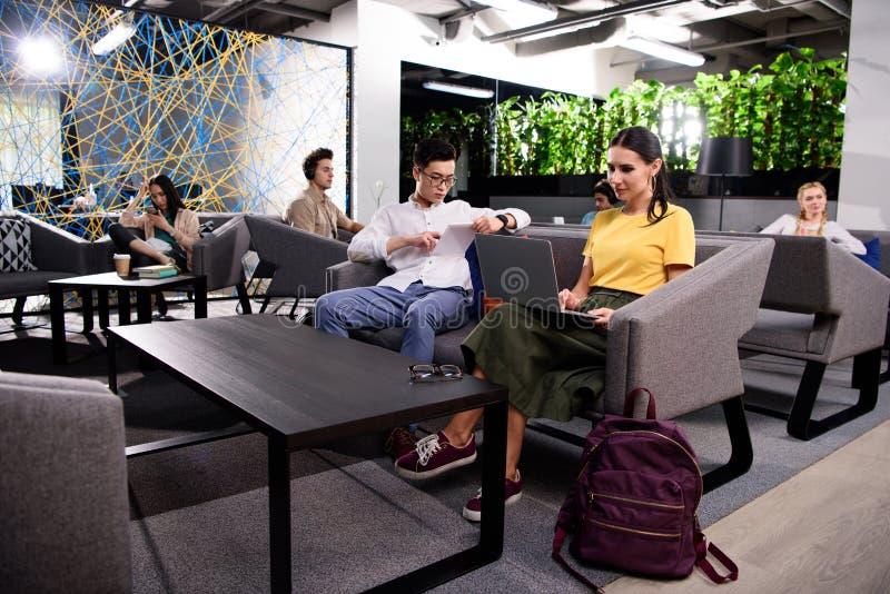 grupp av mångkulturella businesspeople som arbetar på modern coworking royaltyfri foto