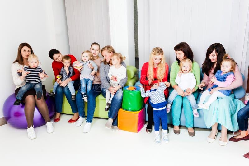 Grupp av mödrar med ungar royaltyfri foto