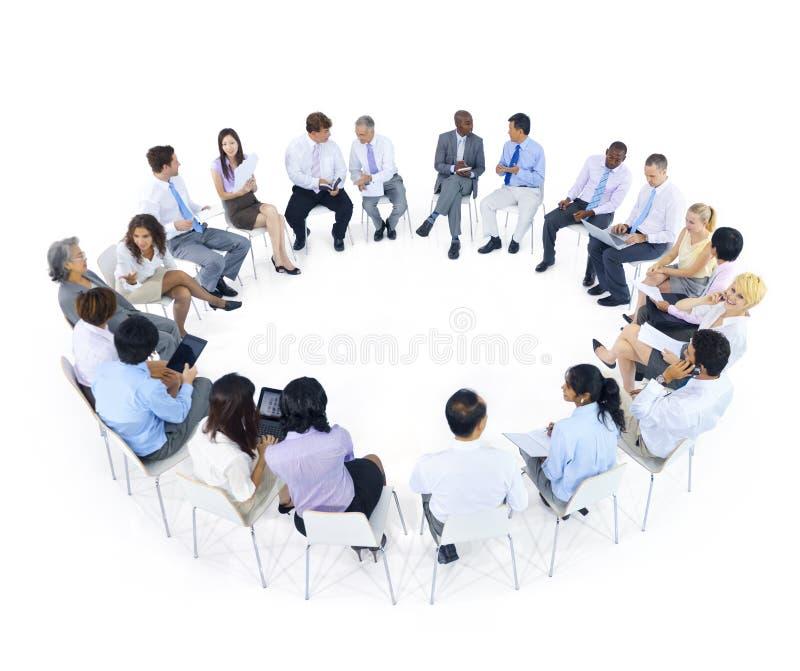 Grupp av möte för världsaffärsfolk royaltyfri foto