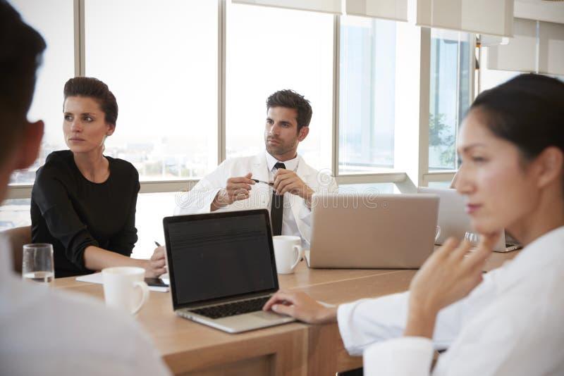 Grupp av mötet för medicinsk personal runt om tabellen i sjukhus royaltyfria bilder