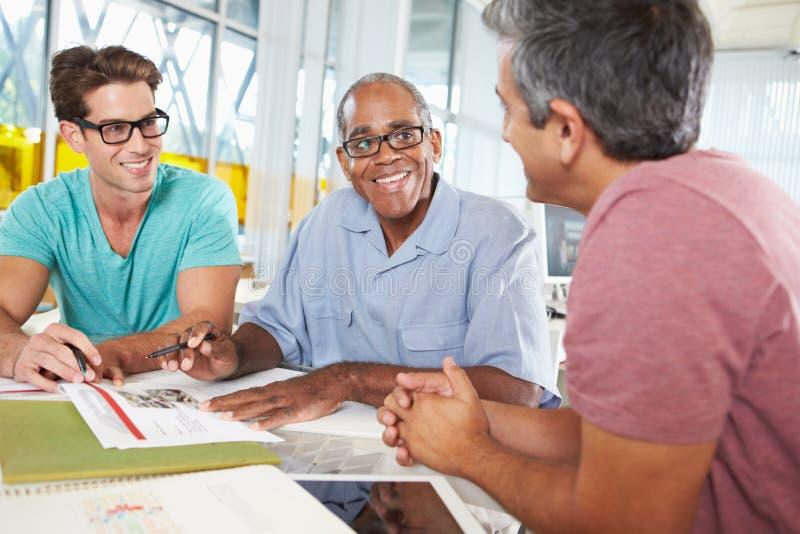 Grupp av manar som möter i idérikt kontor arkivbilder