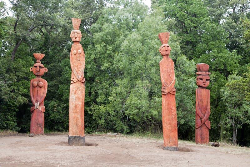 Grupp av Mapuchean totem på en parkera i Temuco. arkivbild