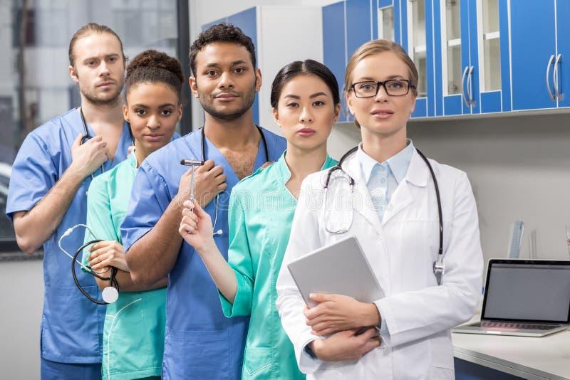 Grupp av medicinska arbetare i laboratorium royaltyfria foton
