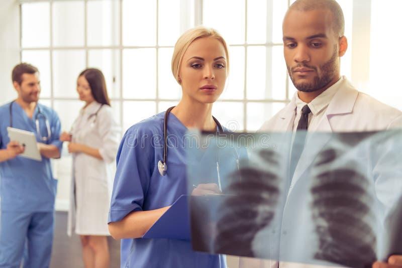 Grupp av medicinska doktorer arkivfoton