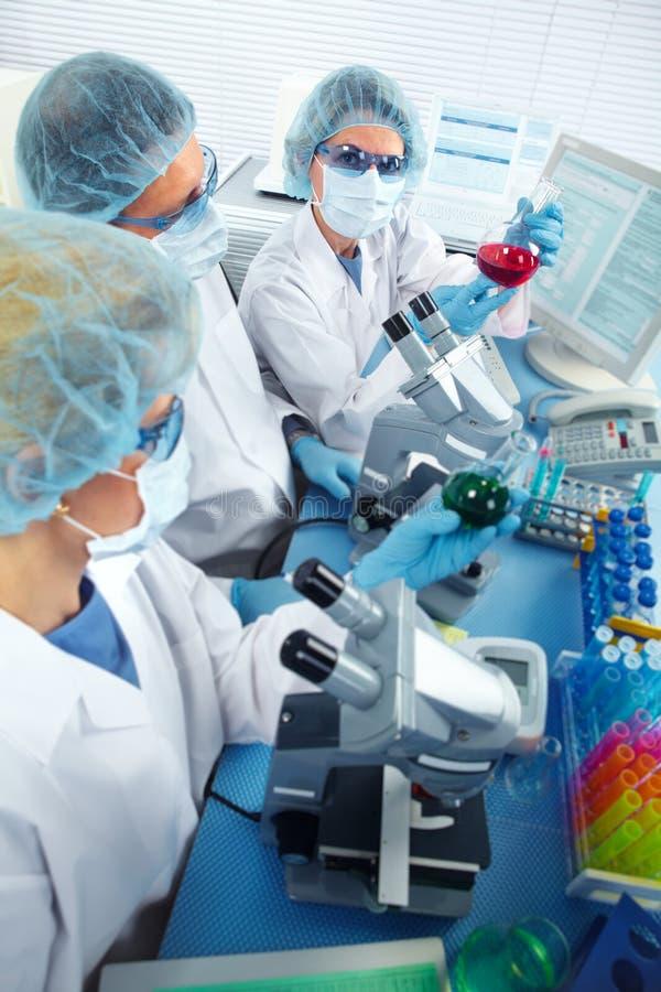 Grupp av medicinska doktorer i laboratorium arkivfoto