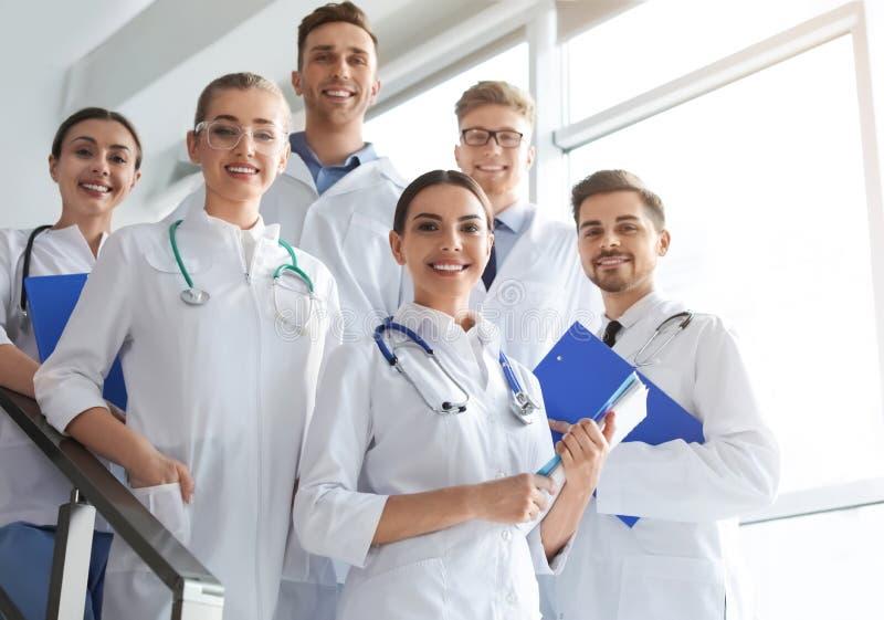 Grupp av medicinska doktorer silhouettes det bl?a begreppsfolket f?r bakgrund skyenhet royaltyfria foton