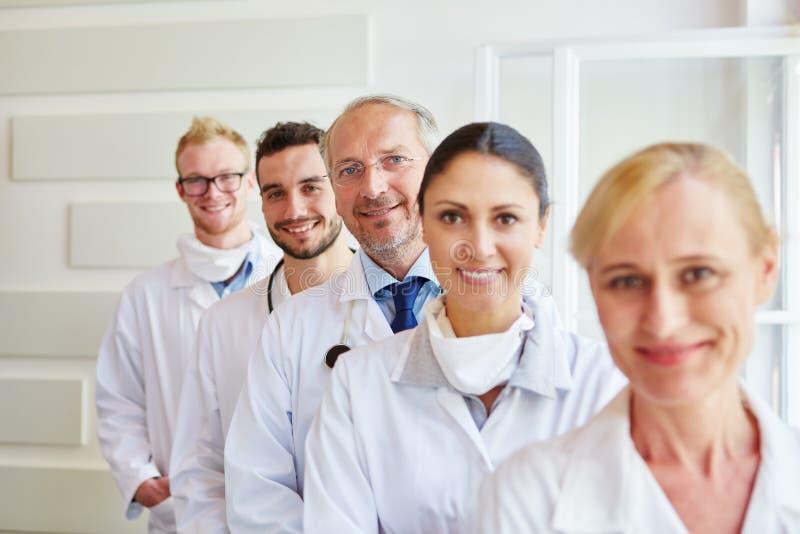 Grupp av medicinska gruppmedlemmar arkivfoton