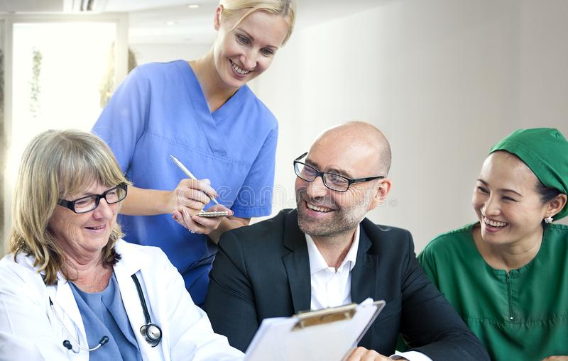 Grupp av medicinskt folk som har ett möte arkivfoton