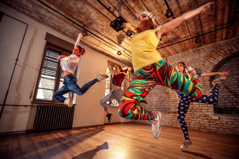 Grupp av modern dansarebanhoppning under musik royaltyfri bild