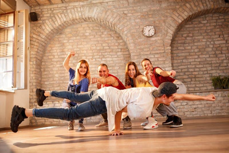 Grupp av moderna dansare arkivbild