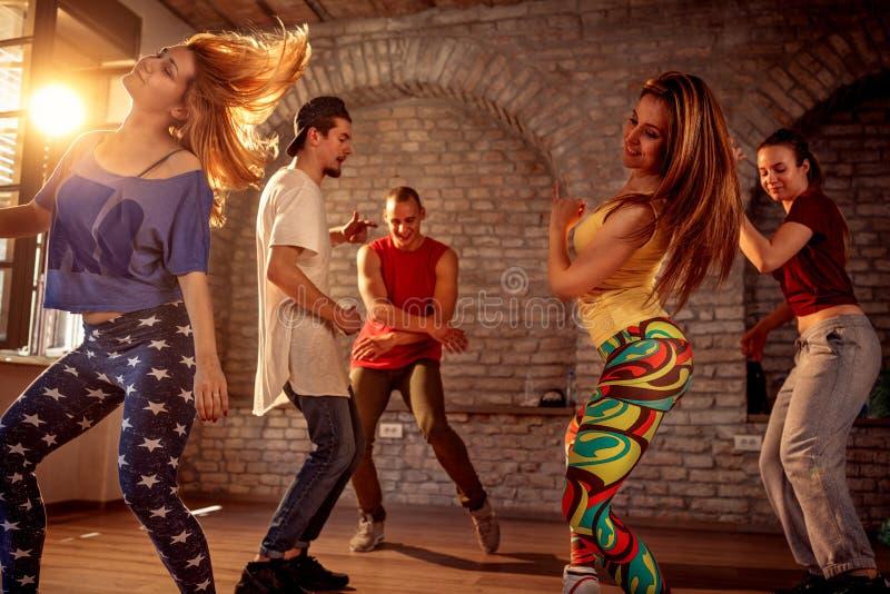 Grupp av moderna dansare för gatakonstnäravbrott som dansar i studien arkivbild