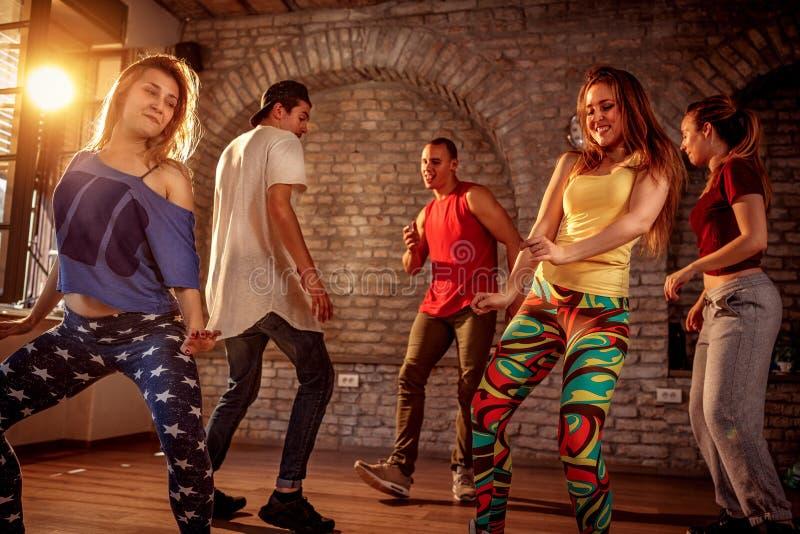 Grupp av moderna dansare som dansar i studion Sport dansa arkivfoton