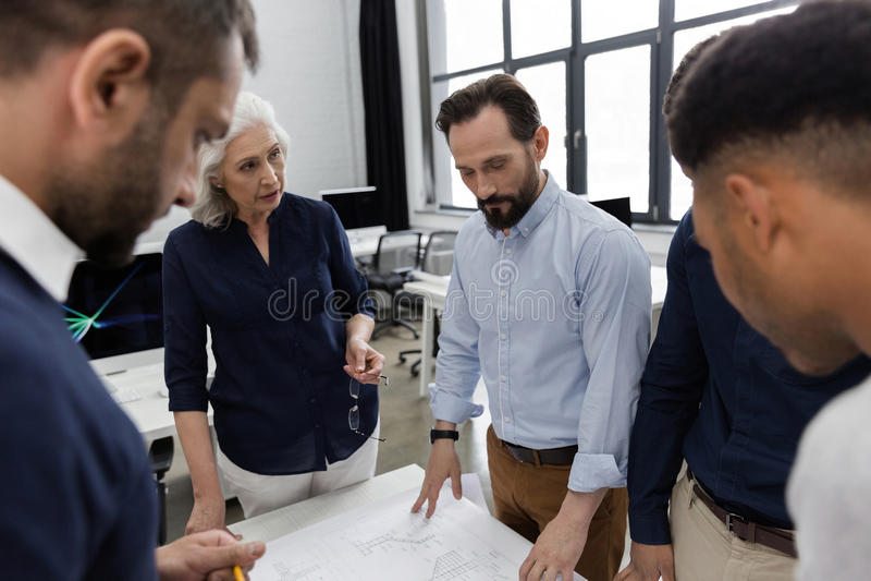 Grupp av modernt folk i smarta tillfälliga kläder arkivfoton