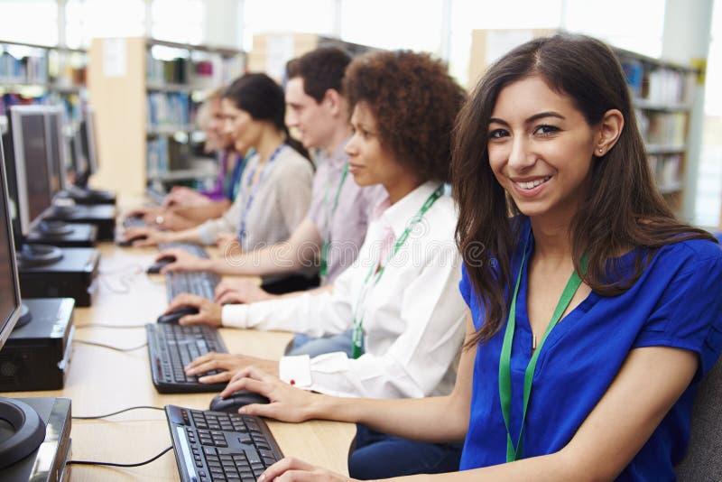 Grupp av mogna studenter som arbetar på datorer royaltyfri foto
