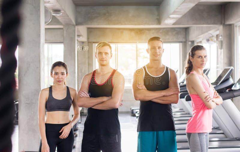 Grupp av motiverat mångfaldfolk, attraktivt sportigt ungt tonårigt vänligt lag, spännande realitet arkivfoton