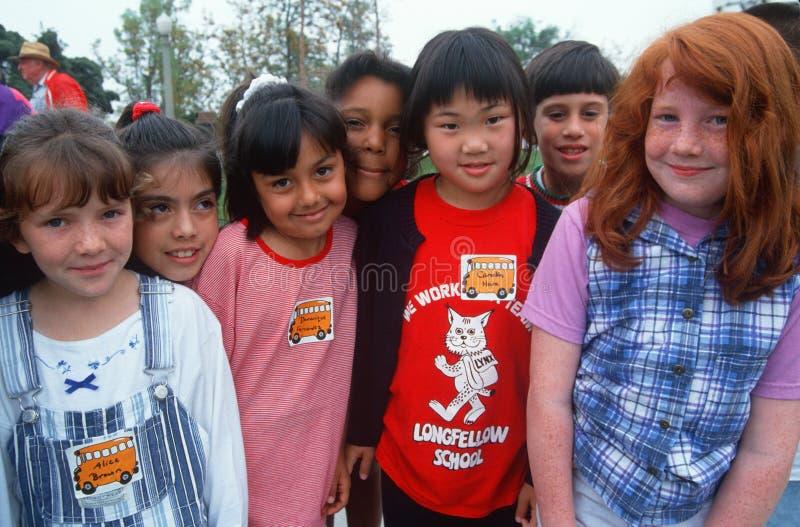 Grupp av Multi-cultural skolungdom arkivbild