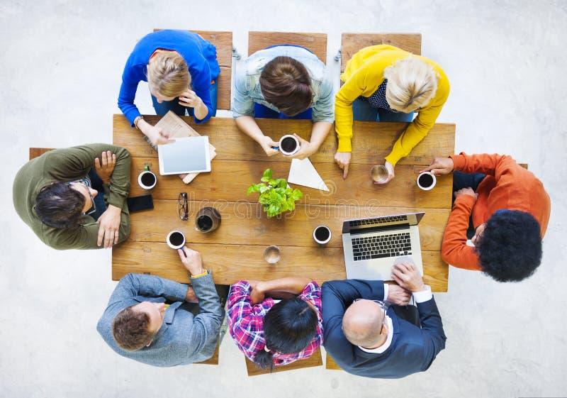 Grupp av multietniskt folk som har ett kaffeavbrott arkivfoton