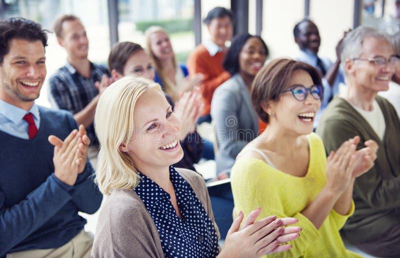 Grupp av multietniskt gladlynt applådera för folk arkivbild