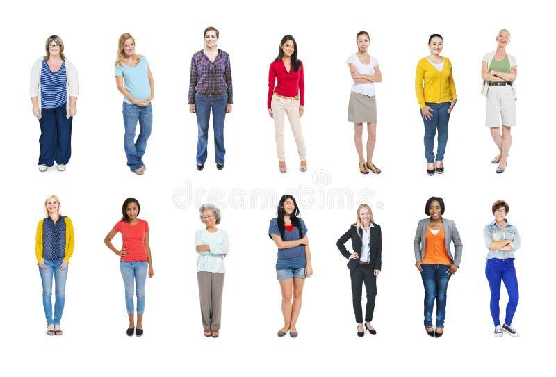 Grupp av multietniskt olikt färgrikt folk royaltyfri foto
