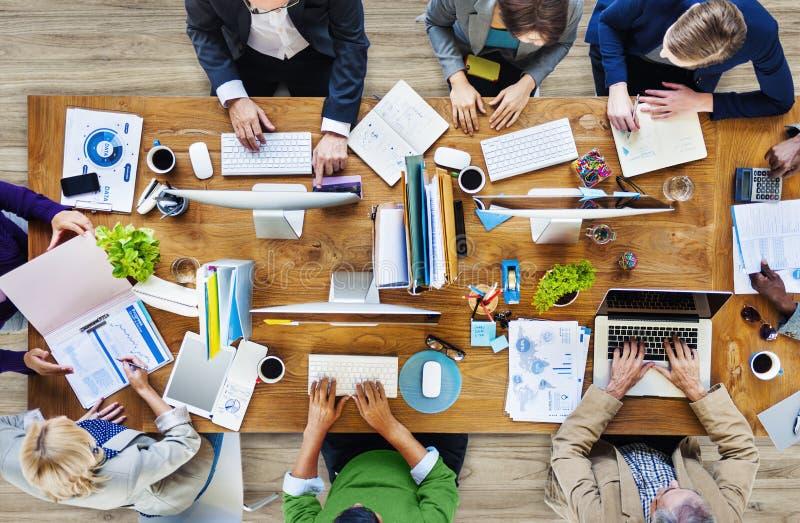 Grupp av multietniskt upptaget folk som arbetar i ett kontor fotografering för bildbyråer