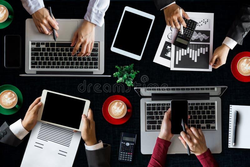 Grupp av multietniskt upptaget folk som arbetar i ett kontor royaltyfria foton
