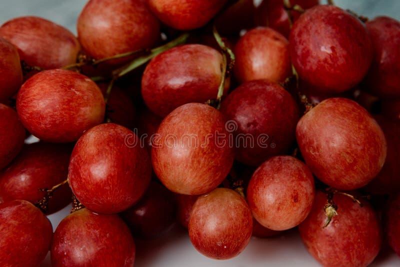 grupp av närbild för röda druvor arkivfoton