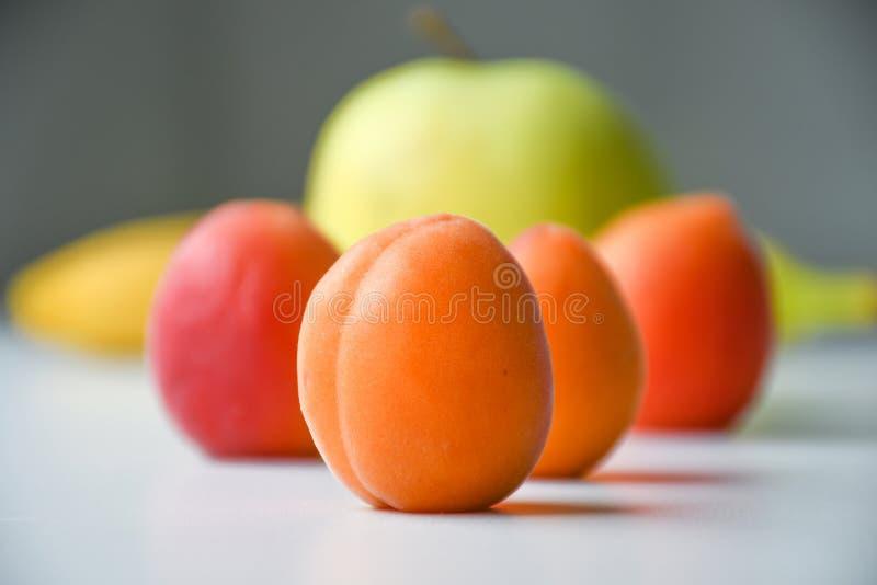 Grupp av ny och färgrik frukt på en vit tabell royaltyfri foto