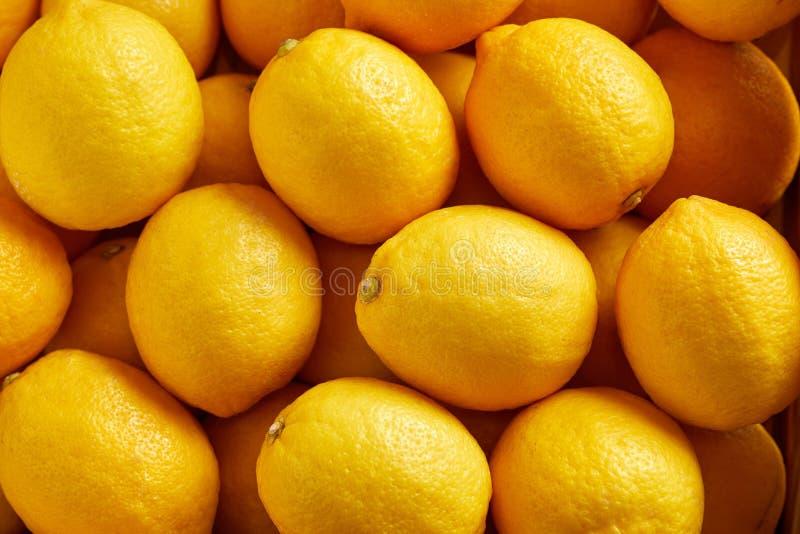 Grupp av nya citroner i marknaden för organisk mat arkivbild