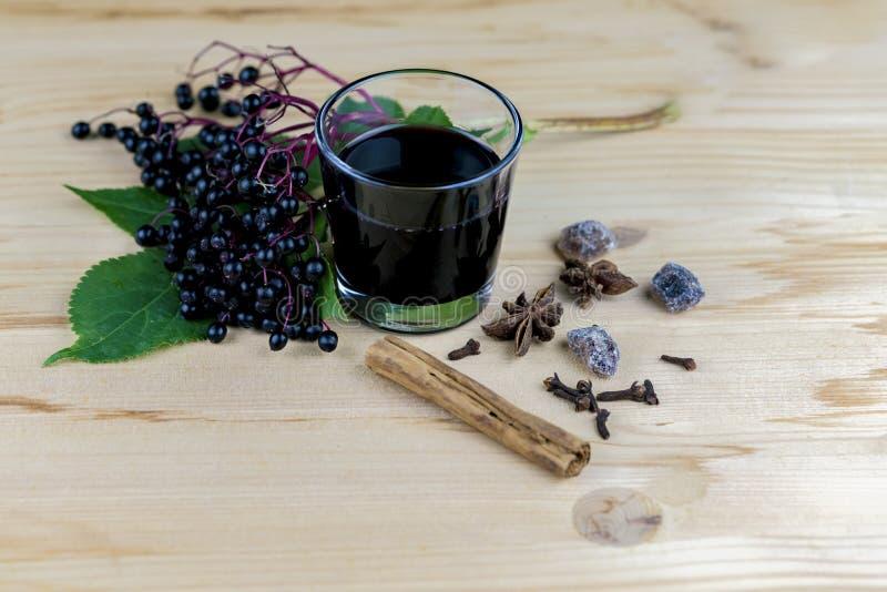 Grupp av nya fläderbär med fruktsaft och kryddor fotografering för bildbyråer