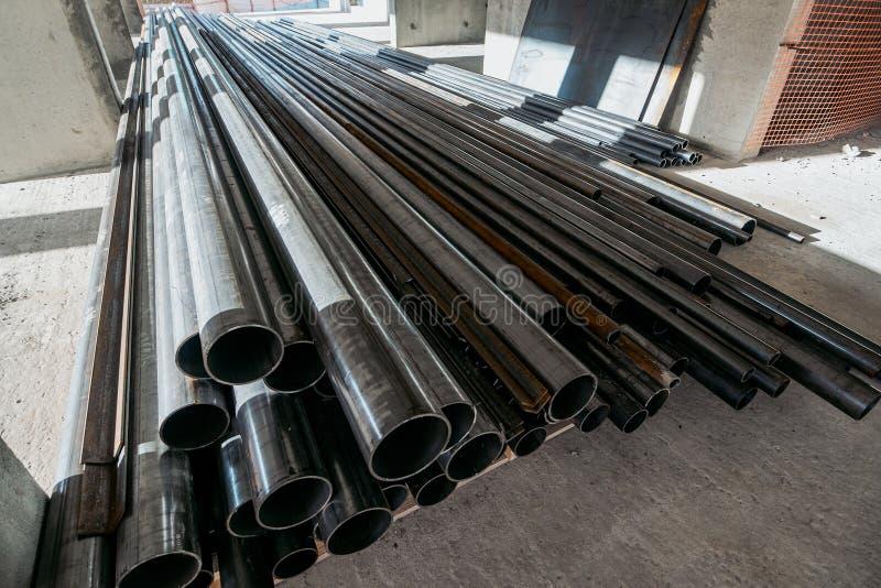 Grupp av nya metallrör eller rör på konstruktionsplats arkivbilder