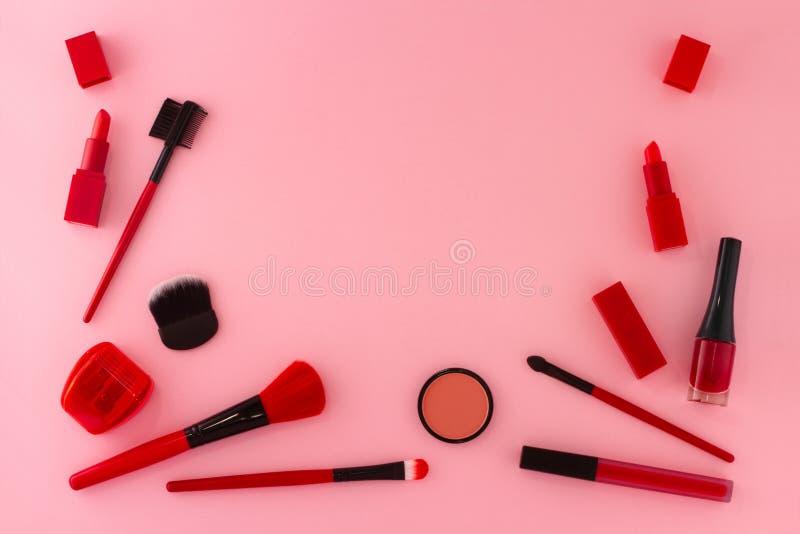 Grupp av objekt för smink i röda skuggor arkivfoton